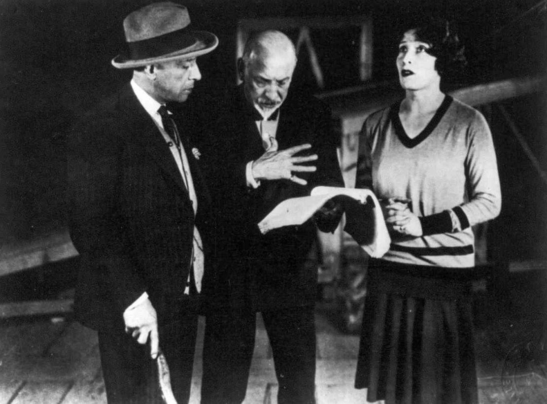 7 di 17 - Luigi Pirandello, autore e regista, durante le prove del suo dramma La nuova colonia, con gli attori Marta Abba e Lamberto Picasso.