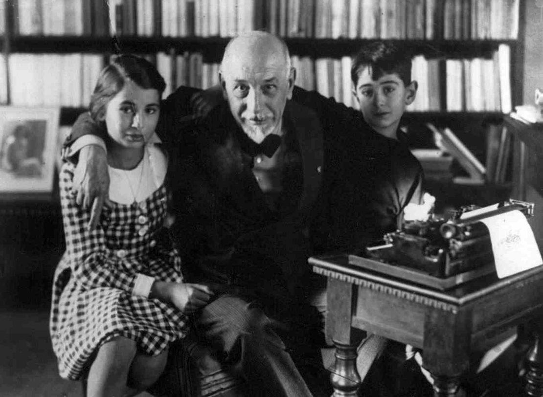 Luigi Pirandello, nel suo studio romano in Via Bosio con due nipoti, 1934.