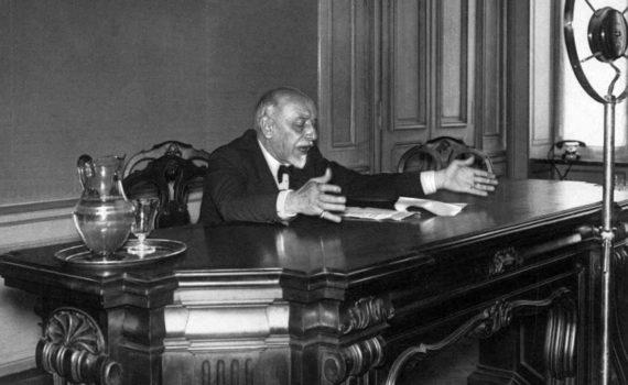 15 di 17 - Luigi Pirandello parla alla radio.