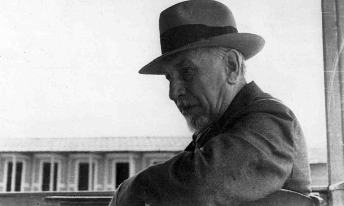 Luigi Pirandello in uno stabilimento balneare a Viareggio, 1930.