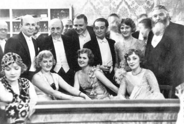 Marlene Dietrich, Maria Paudler, Luigi Pirandello, Liane Haid, Max Hansen, Anita Davis, Anni Ahlers e Theodore Däubler. 1929.