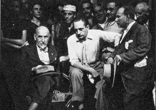 Angelo Musco (a destra) con Luigi Pirandello (primo a sinistra) ed il reglista Gennaro Righetti,