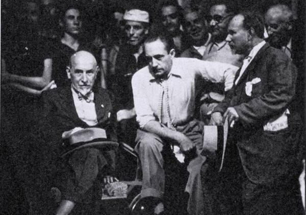 """Pirandellu 'n sicilianu - Angelo Musco (a destra) con Luigi Pirandello (primo a sinistra) ed il regista Gennaro Righetti, in una pausa delle riprese del film """"Pensaci, Giacomino"""", nel 1936"""